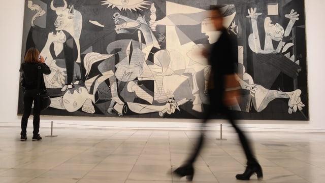 Picassos «Path to Guernica»  mit Museumsbesuchern.