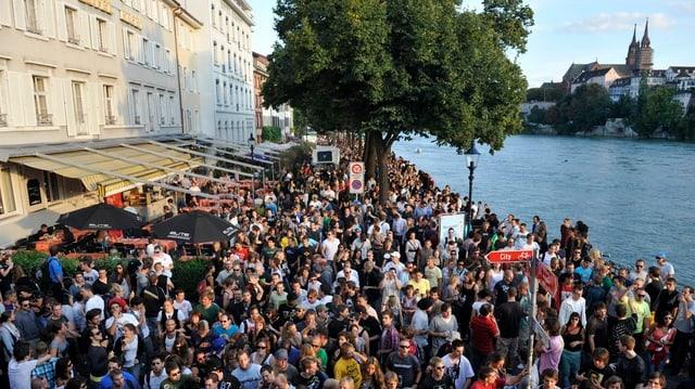 Jungle Street Groove in Basel - Tanzende Menschenmenge am Rhein