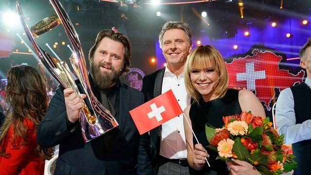 Jörg Pilawa posiert mit den glücklichen Gewinnern Antoine Monot Jr. und Francine Jordi.