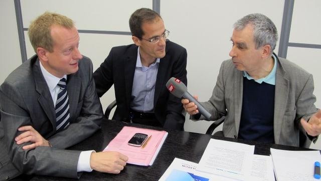 SRF-Redaktor Andreas Capaul (r.) im Gespräch mit Ferdinand Schulz (l.) und Daniel Huber (Mitte).