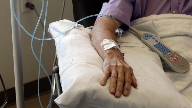Ein Patient erhält eine Chemo-Infusion.