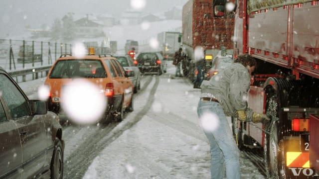 Stau an der San-Bernardino-Route bei Sufers nach heftigen Schneefällen, aufgenommen 1997