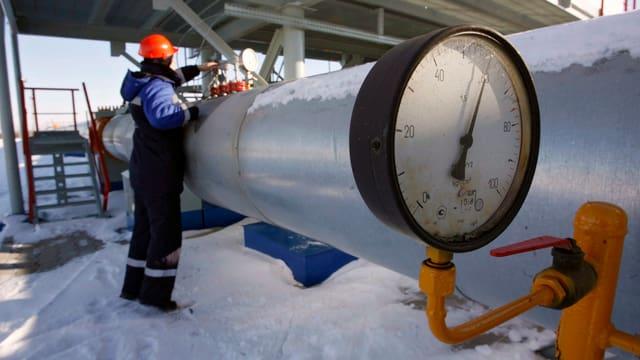 Eine Person überprüft eine Gaspipeline nahe der ukrainischen Grenze.