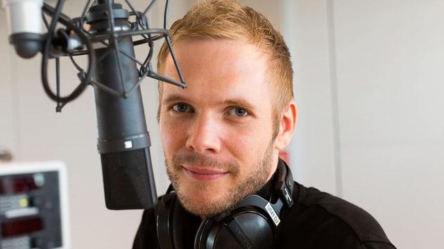 Stefan Siegenthaler am Mikrofon.