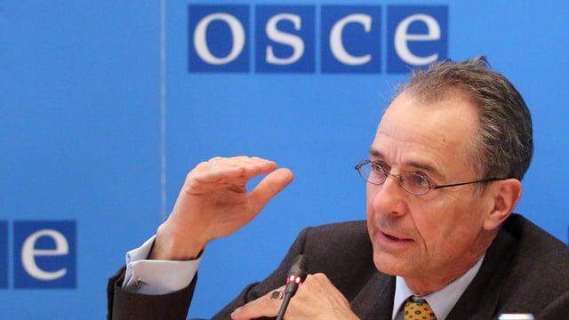 Tim Guldimann an einer OSZE-Medienkonferenz.