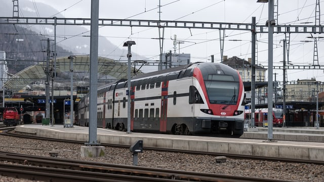 In tren sin ils binaris da la staziun Cuira.