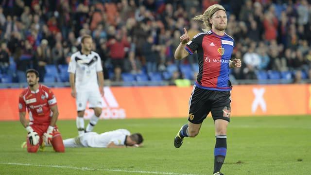 giugader da basilea sa legra da ses gol, davostiers il goli e dus giugaders da Lugano