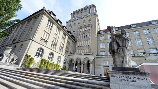 """Die Fassade der Universität Zürich, rechts im Bild eine Reiterstatue mit der Aufschrift """"Universität Zürich Zentrum""""."""