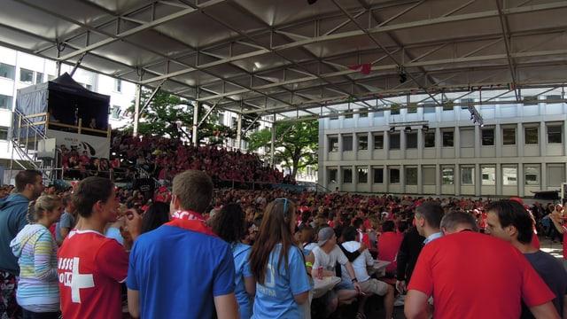 Vögele Arena a Cuira cun massa fans