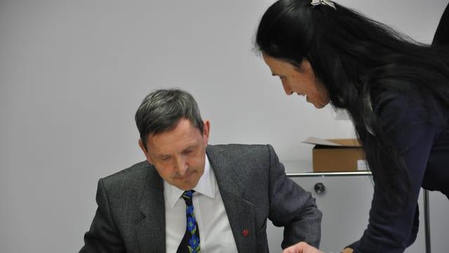 Martin Jäger, il parsura dal uffizi d'educaziun sto declerar las expensas che la nova lescha da scola ha chaschunà.