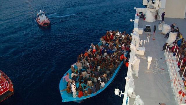 Il maletg mussa il salvament da fugitivs tras la guardia costala da l'Italia, ils 29 da mars 2016.