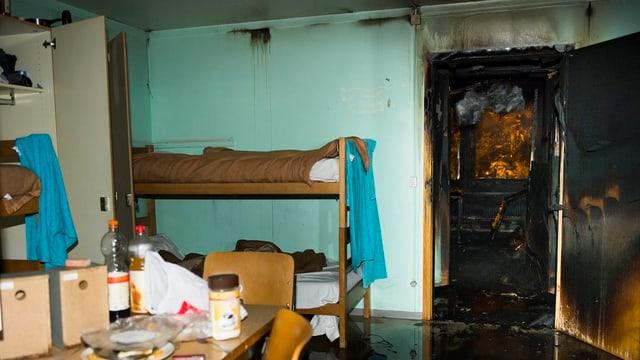 Zimmer mit verbrannter Türe.