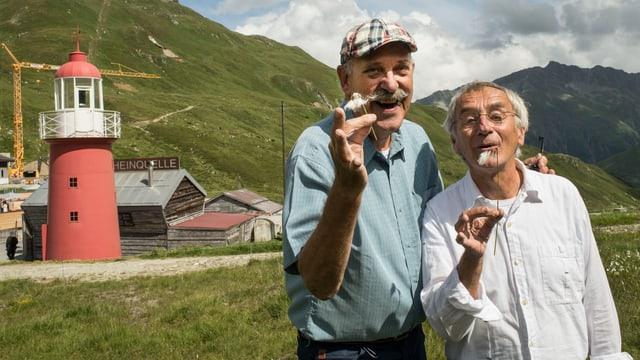 Ils dus guardians Mini & Maxi davant la tur da signal sin l'Alpsu.