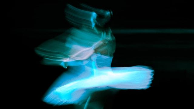 Verschwommenes Bild einer Tänzerin in Bewegung.