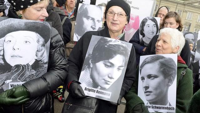 Mitglieder des Komitees beim Protest-Umzug und der Übergabe einer Petition an den Stadtrat Zürich.