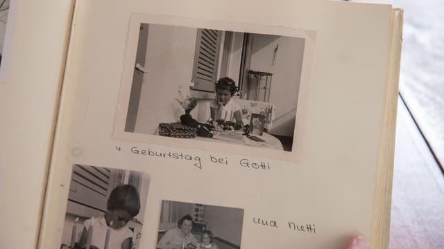 """Blick in ein Fotoalbum: Unter anderem mit einer Schwarz-Weiss-Aufnahme eines Mädchens an einem Tisch. Darunter steht: """"4. Geburtstag bei Gotti""""."""