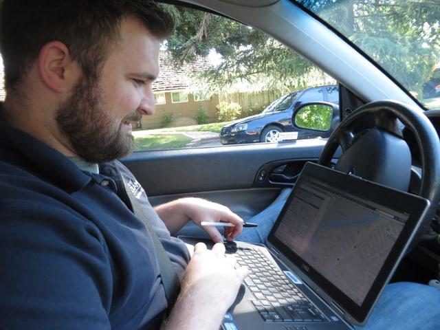 Steve Upton von der Wasserkontrollbehörde in Sacramento an einem Laptop