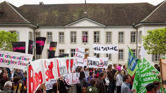 Demonstration mit Spruchbändern vor dem Grossratsgebäude