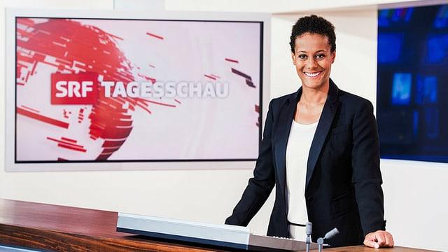 Moderatorin strahlt vor Tagesschau Logo
