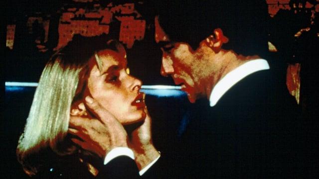Ein Mann hält eine Frau an den Wangen.