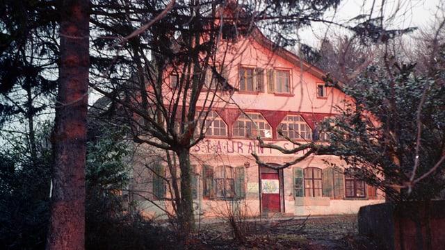 Das Restaurant, aufgenommen durch Bäume