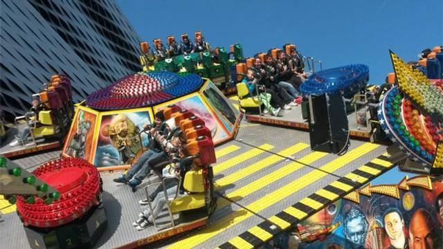 Buzzer - eine Bahn der Basler Herbstmesse in voller Fahrt.