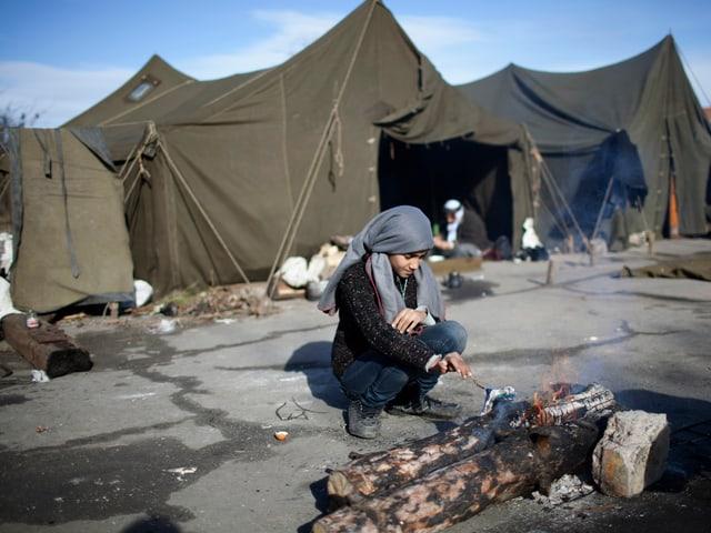 Ein syrisches Mädchen vor einer Feuerstelle in einem Flüchtlingscamp in Bulgarien.