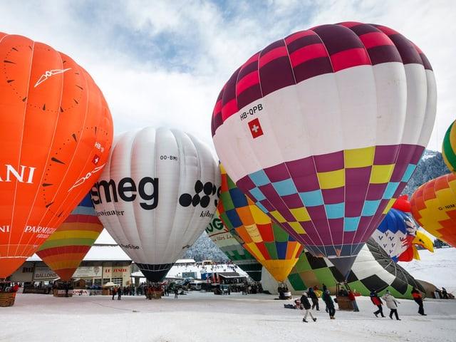 Heissluftballone am Boden