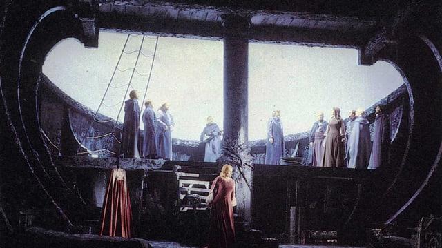 Im Bauch eines hölzernen Schiffes: Isolde in rotem Kleid.
