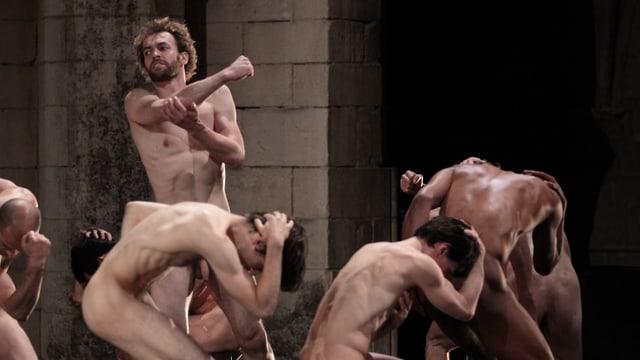 Nackte Männer in einer Choreographie.