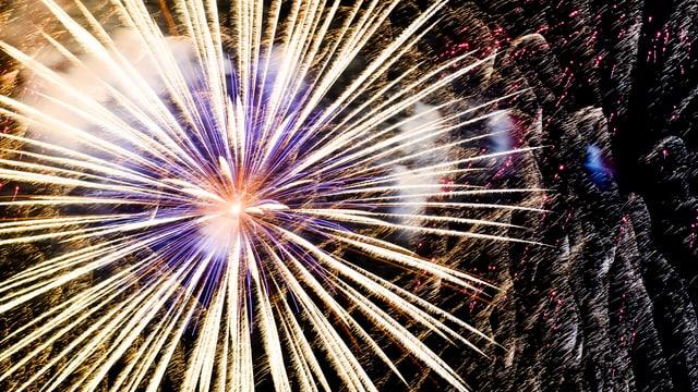 Explodierendes Feuerwerk am Himmel.