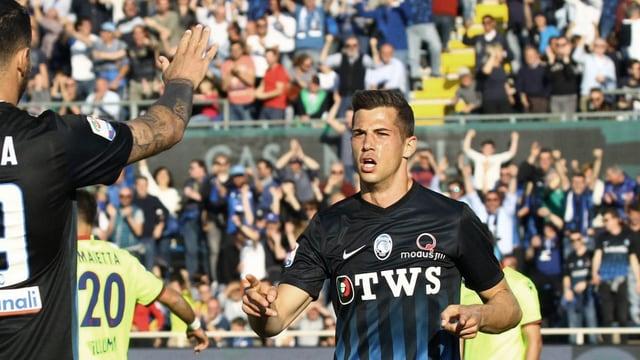 Remo Freuler freut sich auf dem Feld.