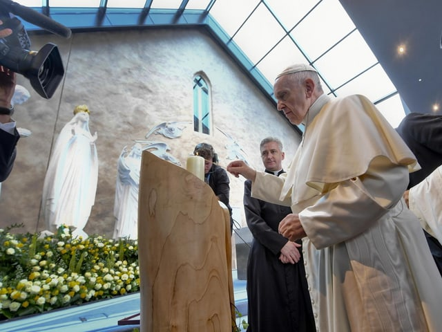 Papst in Kirche.