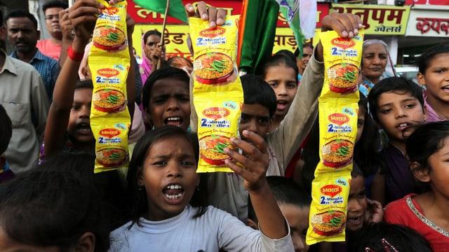 Indische Kinder protstieren gegen die Maggi-Nudeln