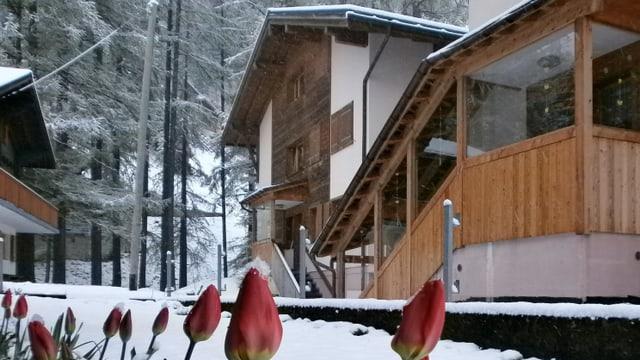 Schnee liegt auf den Dächern und Strassen von Oberwald/VS