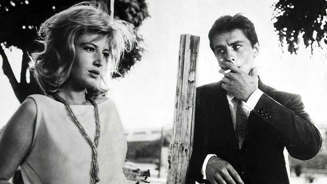 Alain Delon raucht im Film