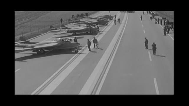 Stehende Flugzeuge und Luftwaffenangehörige auf der A1