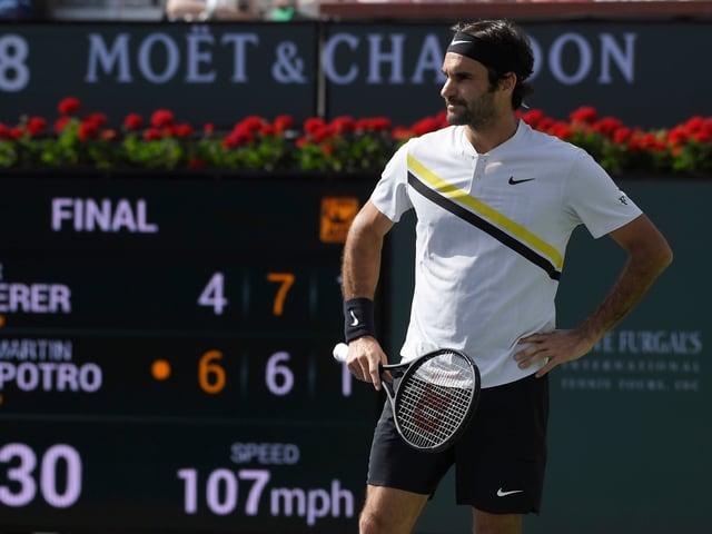 Roger Federer stemmt sich auf dem Platz die Hände in die Hüfte.