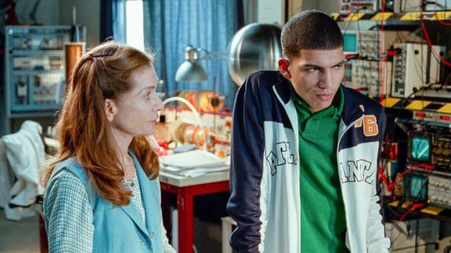 Ein frau und ein junger Mann in einem Labor.