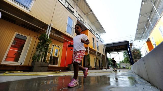 Flüchtlingskind rennt vor Wohncontainer