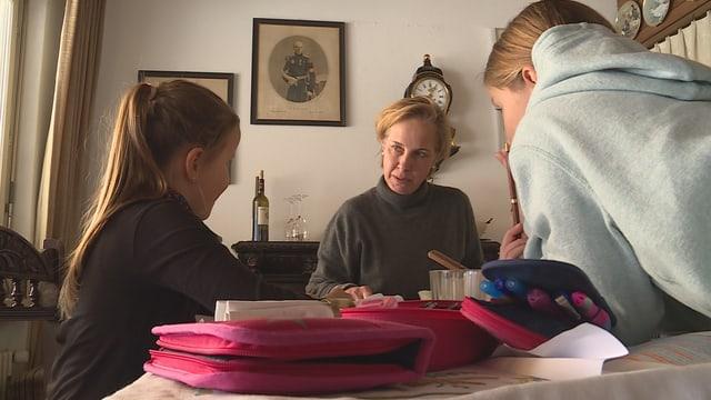 Elvira Merz Kropf cun las duas figlias