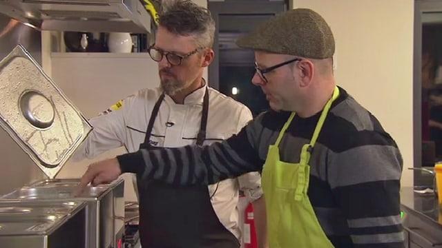 Zwei Köche arbeiten mit Sous-vide-Garer.