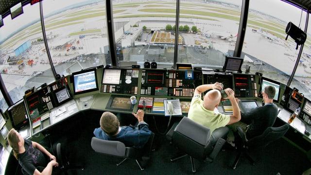 Purtret da controlladers da traffic aviatic a la lavur.
