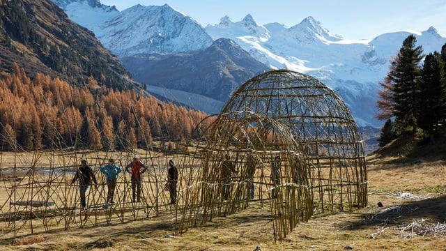 construcziun da basa per ina stupa amez las muntognas en Val Roseg.