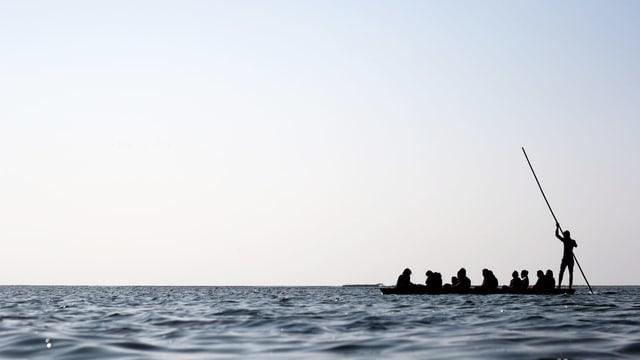 Ein Floss mit mehreren Menschen treibt auf einem Gewässer