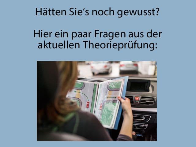 Eine Fahrschülerin studiert im Auto in einer Mappe eine Verkehrssituation.