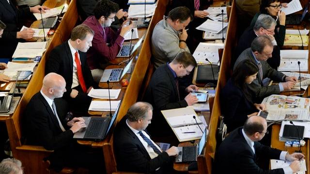Parlamentarier sitzen in ihren Bänken