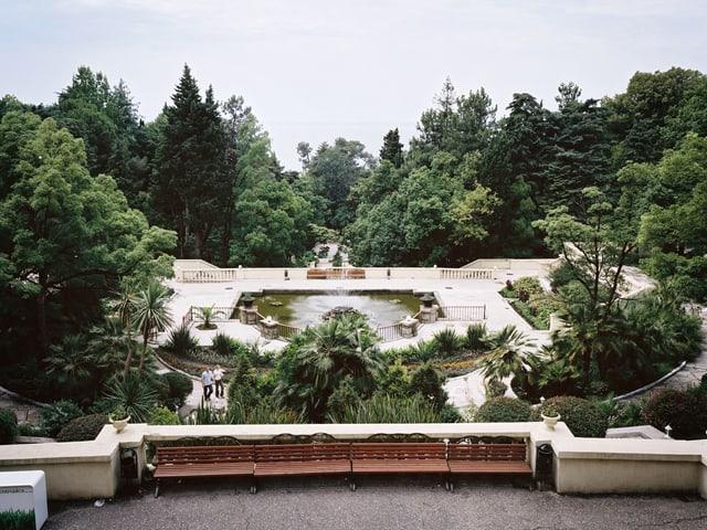 Blick auf den prunkvollen und üppig bewaldeten Park