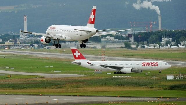 Zwei Swiss-Flugzeuge auf dem Flughafen Zürich-Kloten