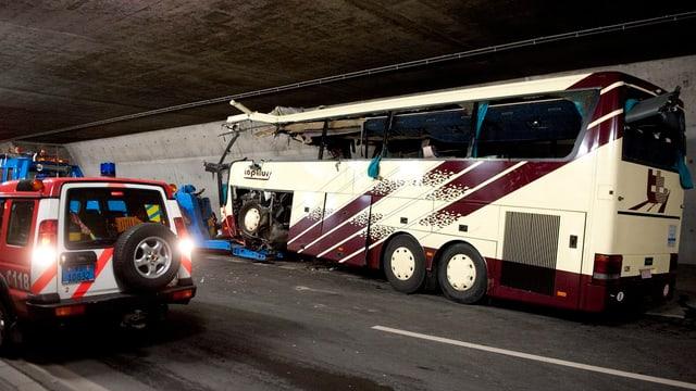 accident en in tunnel, auto da pumpiers da vart sanestra, in bus donnegià ferm da vart dretga